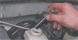 крышка бачка с тормозной жидкостью в Renault Sandero