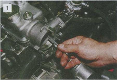 снятие крепления корпуса вспомогательных агрегатов Лада Ваз 2110